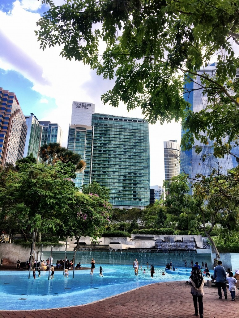 Piscina parque KLCC, junto a Torres Petronas en Kuala Lumpur
