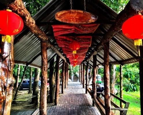 Entrada al Natural Sukau Bilit Resort, safari en el río Kinabatangan