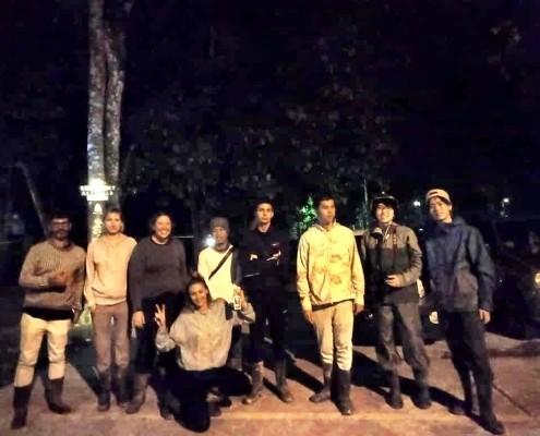 Equipo excursion nocturna por la selva junto al el Río Kinabatangan