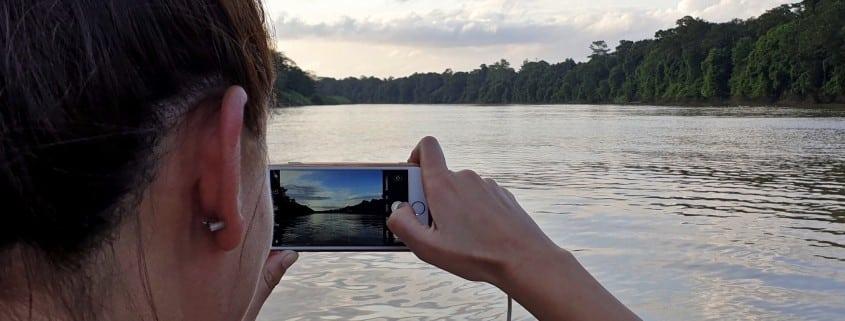 Foto desde el Río Kinabatagan en Borneo viendo amanecer